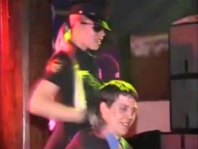 Блондинка страстно танцует стриптиз в форме полицейского