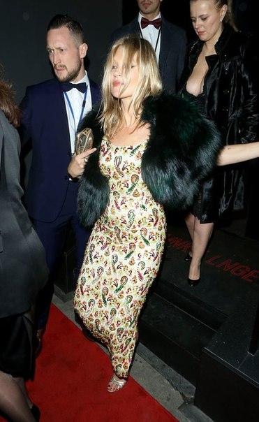 Вспомнила молодость: Кейт Мосс чуть не упала на выходе с вечеринки
