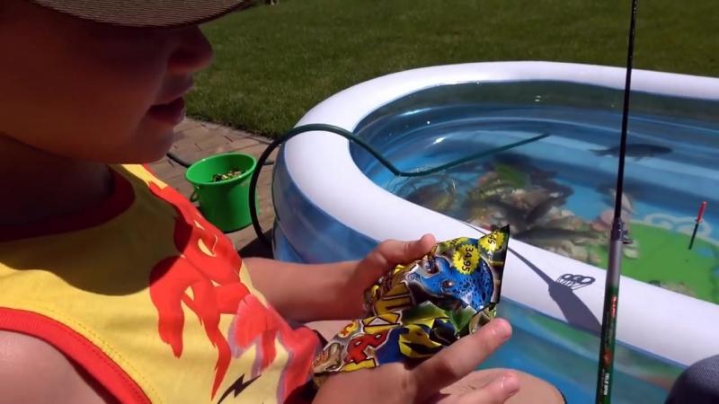 Рыбалка на карася и сома Живые раки и крабы Макс ловит рыбу в бассейне
