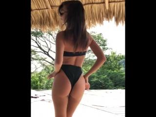 Эмили Ратажковски взбудоражила поклонников танцем в сексуальном купальнике