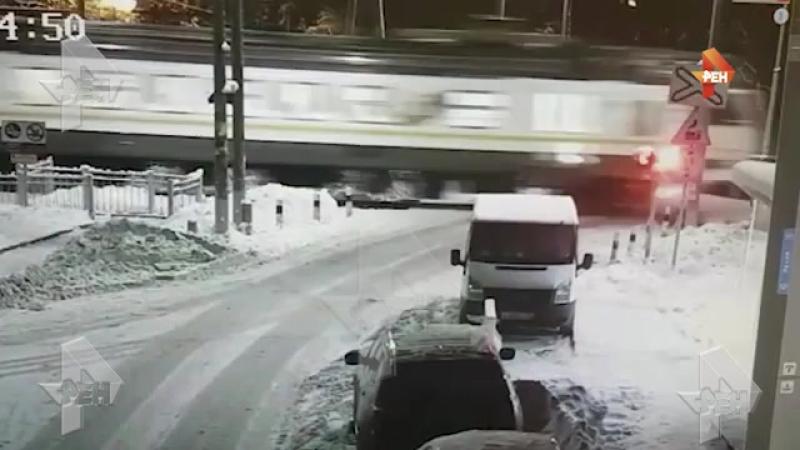 Электричка снесла Шкоду на Ж/Д переезде в Усово