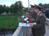 Церемония опускания венков в реку Волга.