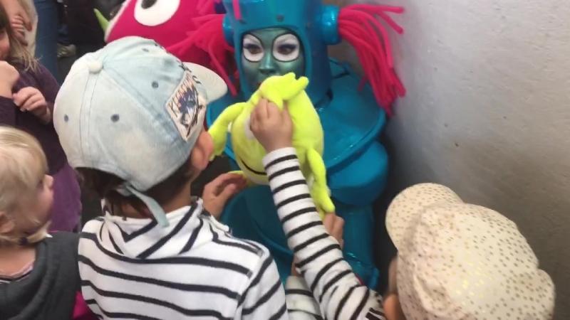 Ungar kramas med babblarna
