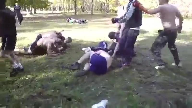 Забив ЦСКА(чёрные) vs Спартак(голый торс) _ Russian hooligans fight CSKA(black) .mp4