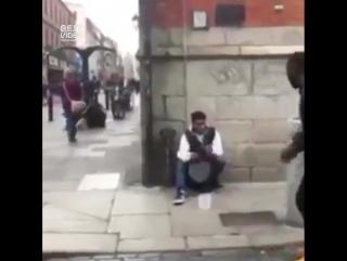 Музыкант и танцор встретились на улице