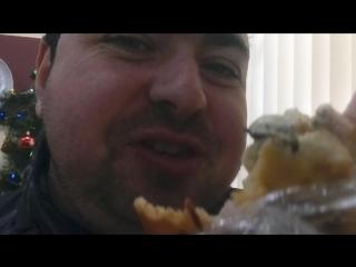 Лёха наслаждается пиццой в кафе