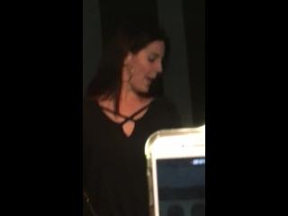 25 февраля 2018; Западный Голливуд, США: Лана во время исполнения «Cherry» на караоке-баттле в клубе «The Peppermint»