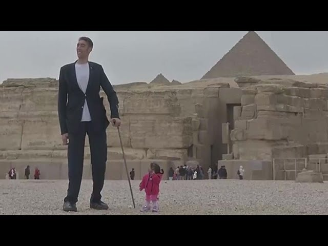 The worlds tallest man and shortest woman make joint appearance at Pyramids