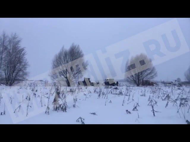 Спецтехника расчищает снег для работы МЧС на месте крушение АН 148 в Подмосковье
