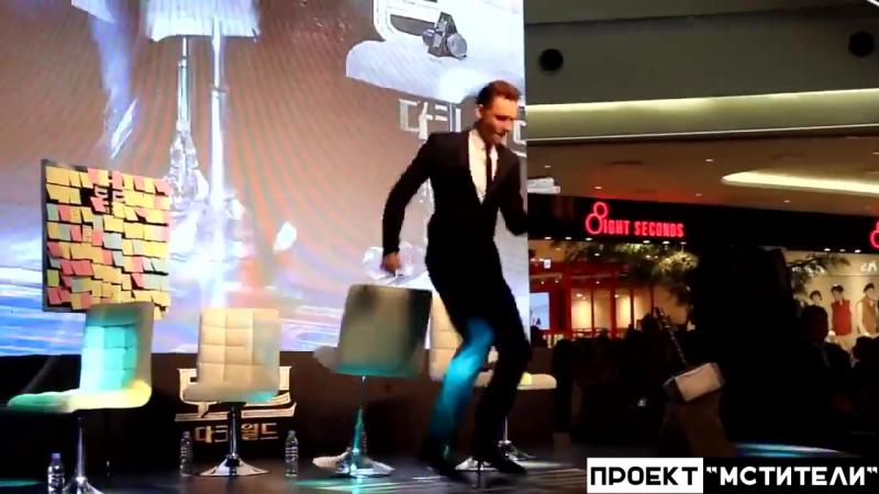 Том Хиддлстон (Локи) танцует!