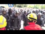 Испанская полиция избивает каталонских пожарных,перешедших на сторону народа