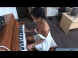 Дочка научила играть свой маму на пианино