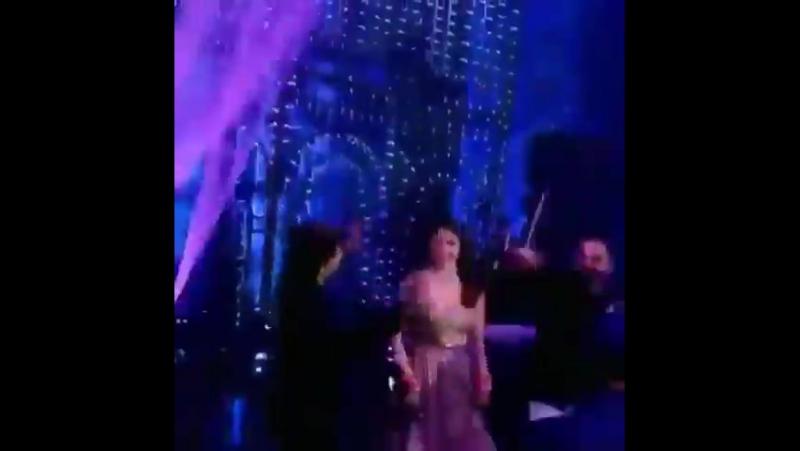Шахрукх Кхан танцует с Виратом Кохли и Анушкой Шарма на их приеме в Мумбаи
