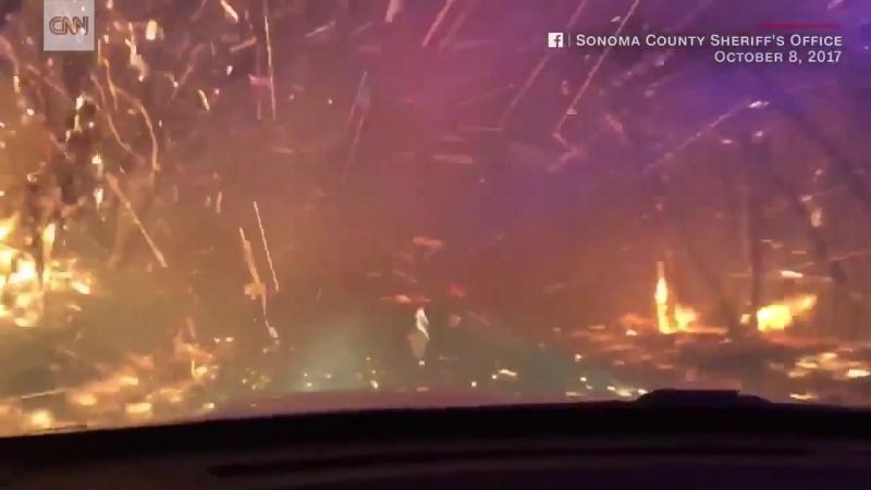 Огненная дорога из-за природных пожаров в Калифорнии, 08 октября 2017.