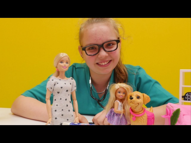 Veteriner Tuana Barbie'nin köpeğini tedavi ediyor