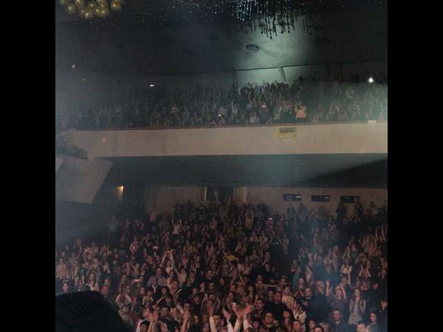 Сегодня мой Фан-клуб в Тольятти сделал мне и всем зрителям сюрприз- на финальной песне с потолка полетели желтые воздушные шары... ( желтый-цвет моего Фан-клуба) это было очень здорово! И приятно! Спасибо)) спасибо Тольятти за полный зал во второй