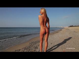 Девушка разделась на пляже. Голая нудистка на море .Танцует стриптиз.
