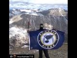 Преданный болельщик St.Louis Blues поднял флаг в горах Колорадо