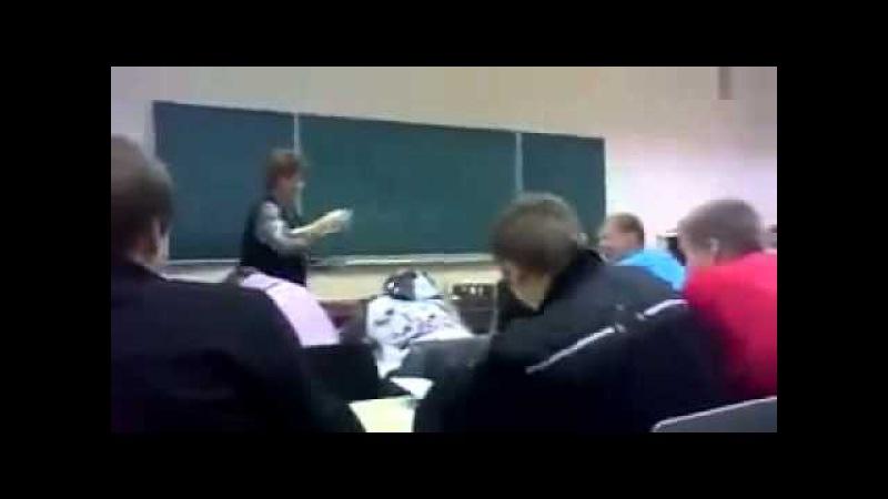 Харизматичная учительница раздает тетради