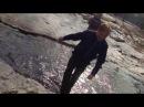 Долбанутый мальчик прыгает в лужу