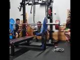 Том Мартин - присед 320 кг в наколенниках