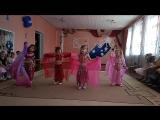 Юля танцует восточный танец в розовом костюме