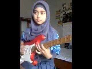 Девочка мусульманка классно играет на электрогитаре