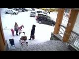 Снег с крыши администрации Видяево обрушился на маму с 1,5-годовалой девочкой (Barnaul22)