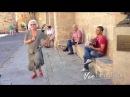 Turista sale cantando y bailando al escuchar a cantante callejero!!   VEOFLAMENCO