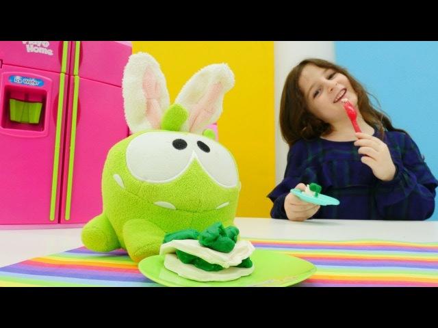 Play-Doh hamurundan yemekler. Zeynep Omnom için ıspanaklı pasta yapıyor