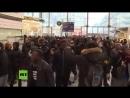 Eskalation in Paris Polizei setzt Tränengas gegen Dutzende farbige Protestler an Bahnhof ein