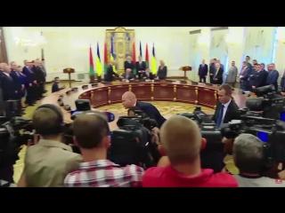 Активістка Femen оголила груди на зустрічі Порошенка та Лукашенка