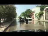 На улицах одного из затопленных городов Саудовской Аравии, женщина нашла для себя отличное развлечение. ??