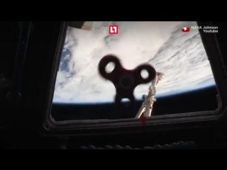 Астронавты крутят спиннер в невесомости