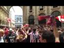Фанаты Атлетико Мадрид поют Неаполитанку в центре Милана перед финалом Лиги Чемпионов.