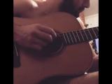Константин Гецати играет на гитаре
