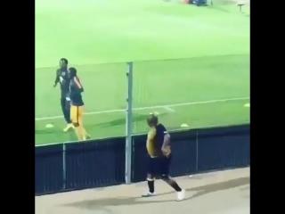 Фанат из ЮАР проводит разминку вместе с футболистами 😂