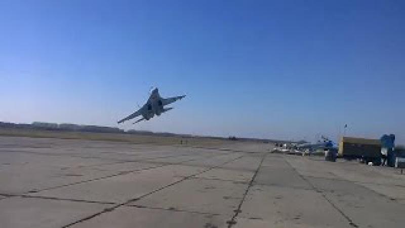 Ukrainian Su-27 dangerous low pass