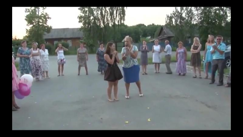 Девушка прикольно танцует море позитива Браво