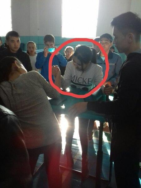 Жақсылық Үшкемпіров атындағы спорт мектебіндегі қолкүрес жарысында көр