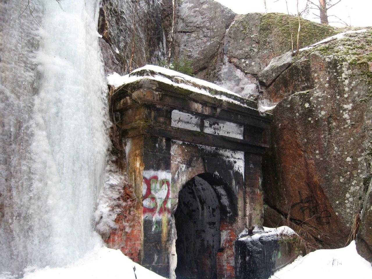 На север от Выборга. Часть 1. Подземный пороховой погреб внутри скалы.