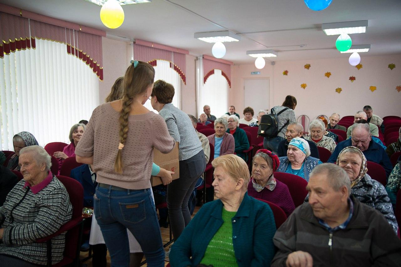 Волонтеры Территории добра поздравили сразу два дома престарелых в Зеленом городе