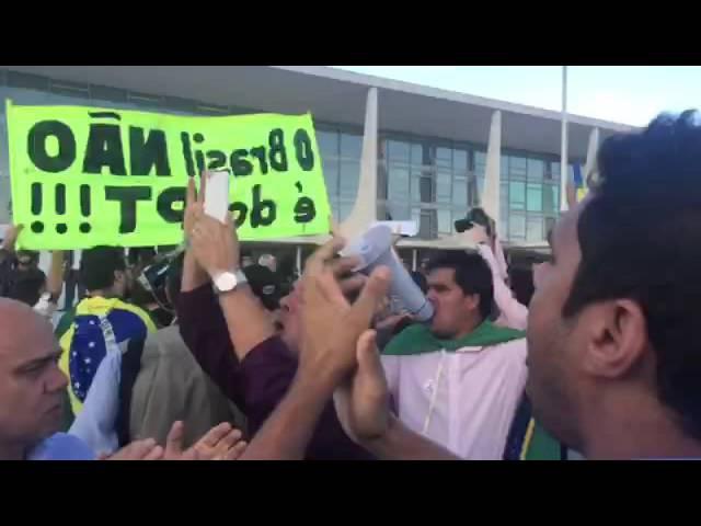 Manifestações em frente ao congresso o povo lutando contra LULA para ministro