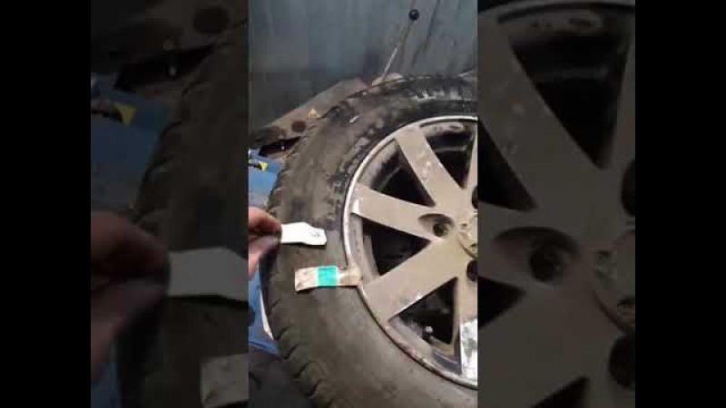 Женщина-фармацевт заклеила колесо.
