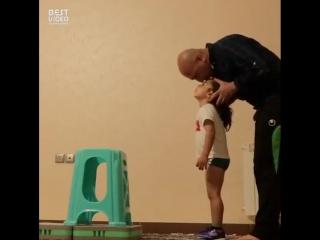 4-х летний мальчик тренируется с папой