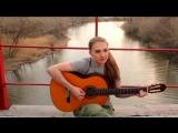 Девушка поёт под гитару