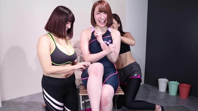 グラビアアイドルのくすぐり対決でハプニング連発【Tickling Fetish】 (Max 720p)