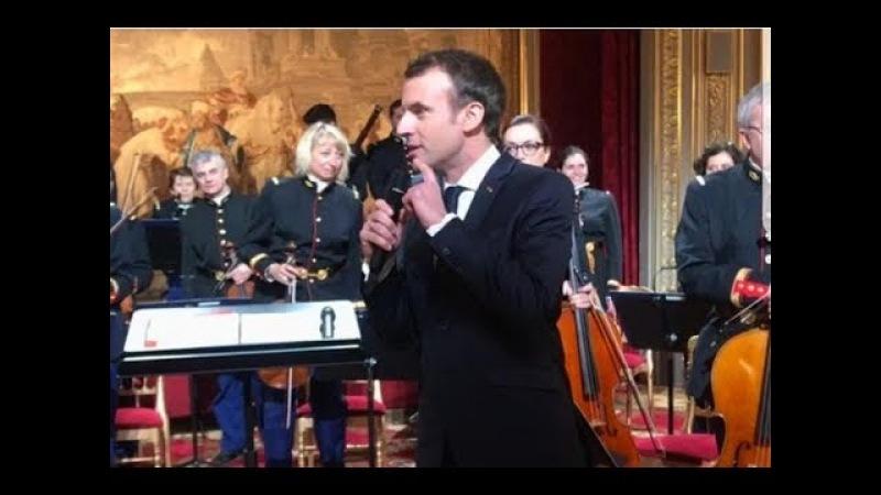 Quand Emmanuel Macron explique Pierre et le loup au personnel de l'Elysée et à des enfants