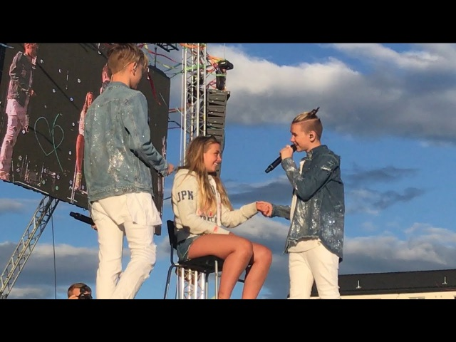 Marcus Martinus- First kiss (Voldsløkka, Oslo) BRINGS GIRL UP ON STAGE!