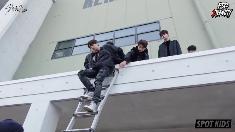 FSG Eternity | SPOT KIDS – Осторожно, Stray Kids спускаются по лестнице [рус.саб]
